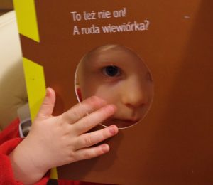 ein Kind mit Angelman Syndrom liest